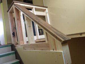 階段中央の壁を手摺り形状に