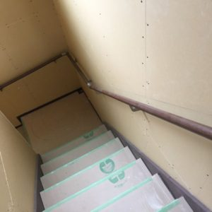階段に丸棒状の手すり設置