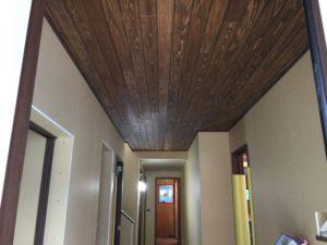 玄関天井の板張りがカッコイイ!