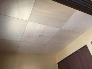 和室の天井はシナベニア目透かし張り