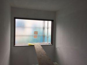 壁の下塗りが進んでいる