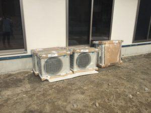 エアコンの設置作業が始まっていた