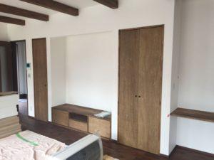 造作家具の扉が設置されている