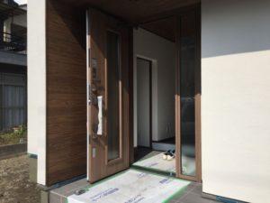 玄関ドアにカーテン・ブラインド設置