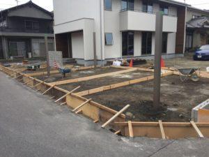 駐車場や玄関の工事進行中