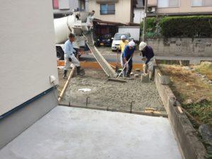 駐車場のコンクリート打設が始まる