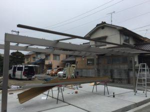 カーポート「アーキデュオ ワイド」の屋根を設置作業