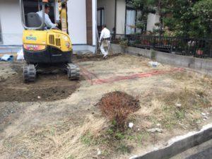 菜園用の囲いの施工作業