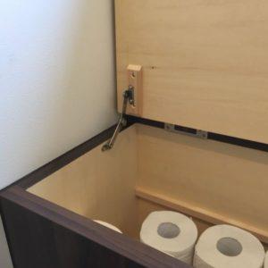 トイレの造作家具の蓋にステーを設置
