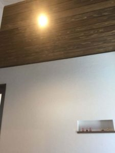 【良かった点】玄関の照明と壁