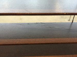リビングの木製ブラインドに傷が...。