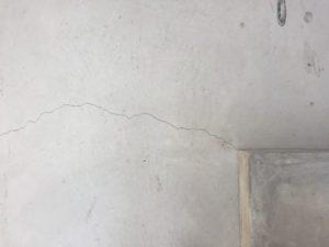 テラスの下にもヒビを発見