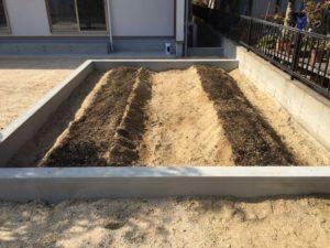 菜園スペースに畝を作りました
