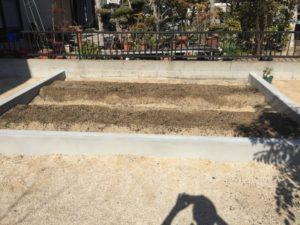 菜園スペースに畝を改良