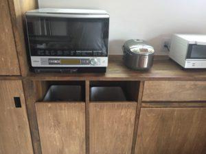 キッチン造作家具にビルトインされたごみ箱