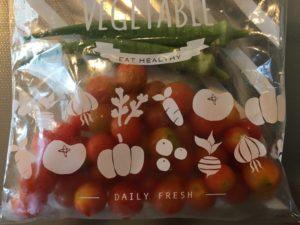 食卓に我が家で採れたミニトマトとオクラ