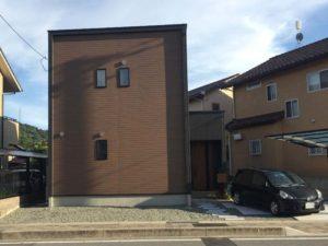 黒と茶色の家