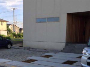 「大きくてシンプルな家」の玄関先に植栽
