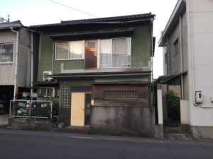 二階にドアがあるお家