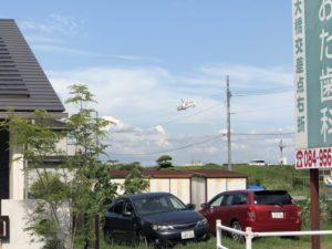 水呑町の芦田川の上にヘリコプター