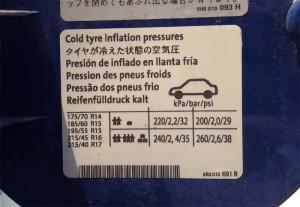 ポロの適正空気圧値はココに表示!